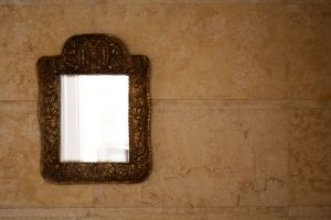 mirror-on-wall-1156610-m